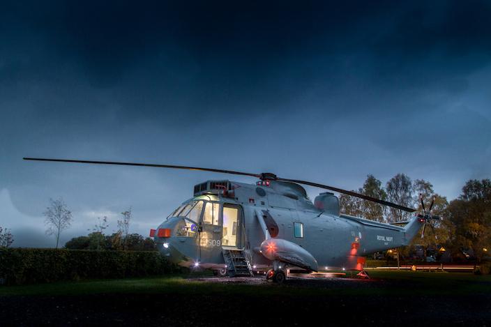 航空ファンの夢。英海軍の退役ヘリに泊まれる「ヘリコプター・グランピング」
